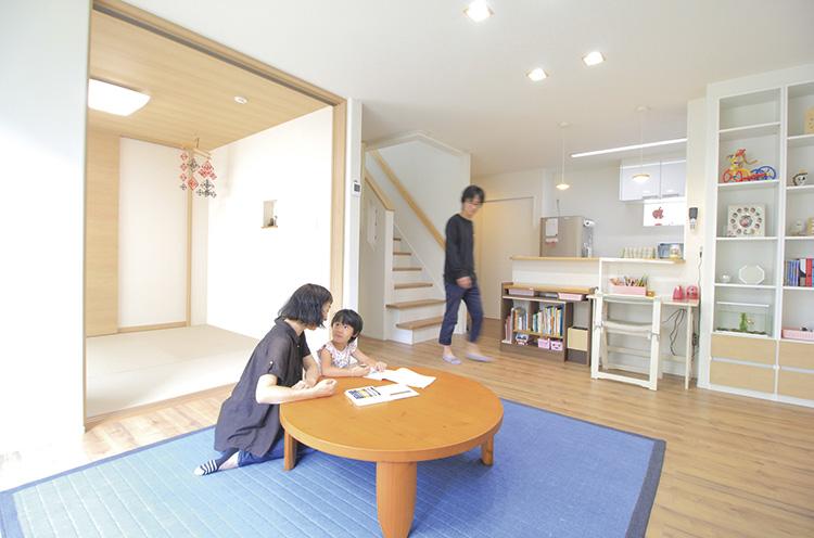 「家具の配置や壁に飾る子供の工作は頻繁に変わります」とパパ。暮らしを楽しんでいる証拠だ