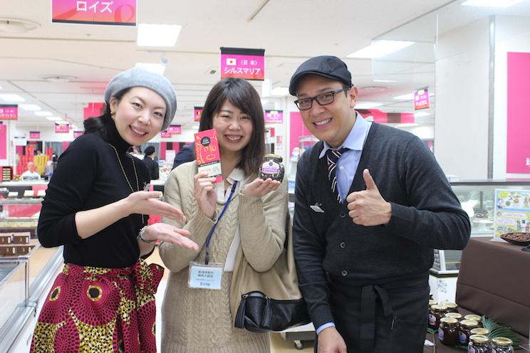 ロメロトレードの代表 ロメロ・アンタルキさん(右)とアシスタントの金田彩夏さん(左)と一緒にパシャリ