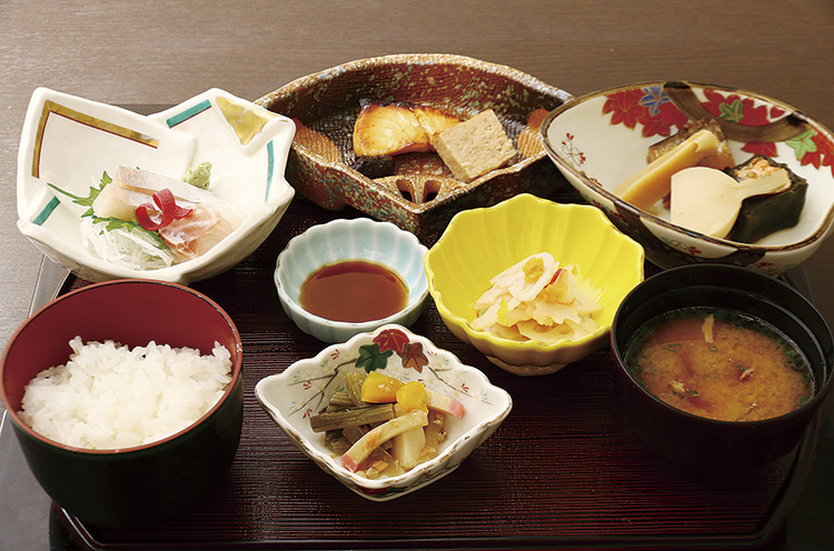 取材日の料理は『ブリの柚庵焼き』や刺身、炊き合わせなど。ご飯は地元・七谷地区の農家から直接仕入れたお米を使用