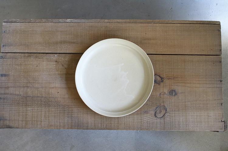 美濃で使われる伝統的な釉薬の黄瀬戸釉をアレンジして作った、オリジナルの白せと釉を使用。淡いクリーム色だから料理を選ばず、使い勝手がいい。優しい風合いが魅力的だ。4,158円