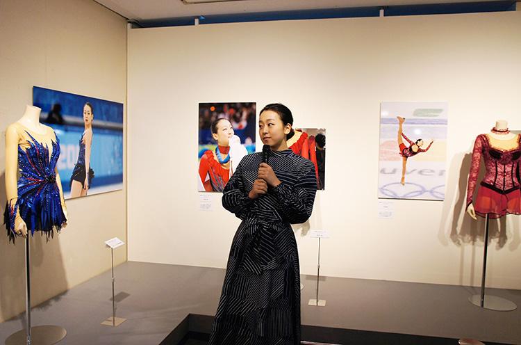 オリンピックの時の衣装についてお話ししてくれる浅田真央さん
