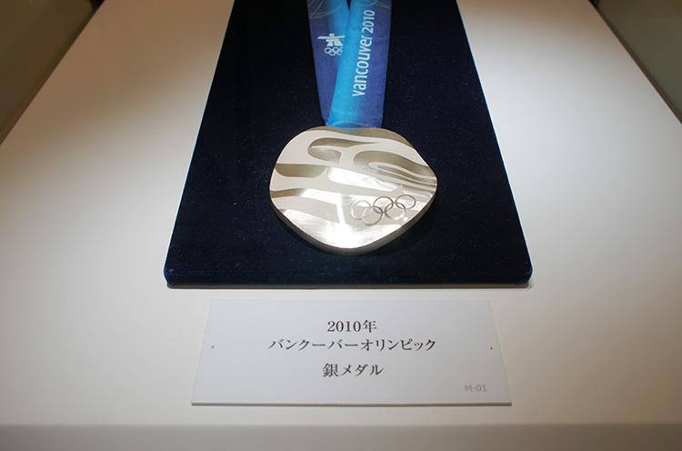 これがバンクーバーオリンピックの銀メダル!意外に大きいんです