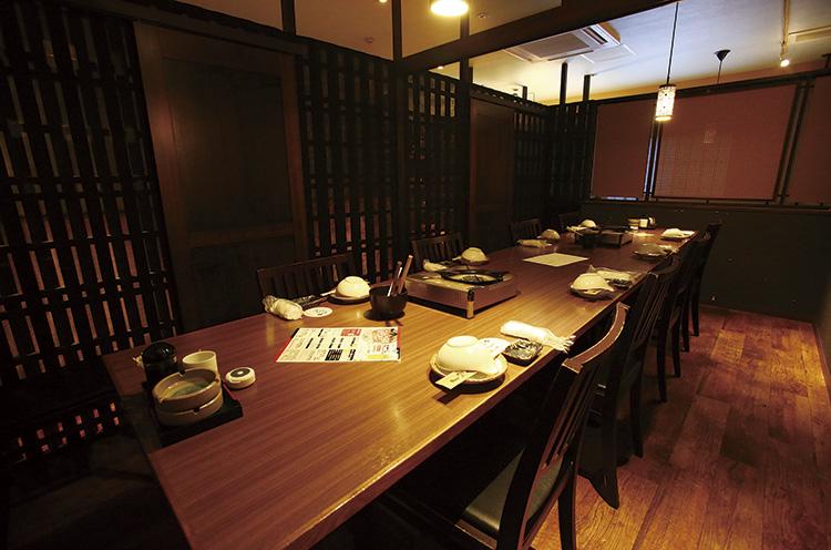 12 名収容の2 階のテーブ ル席。仕切ることで6 名の個室に