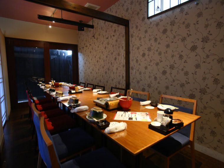 1階のテーブル席。美味しい料理とお酒が上質な空間で楽しめる