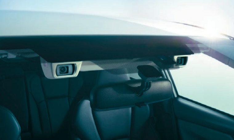 ↑ステレオカメラで常に前方を監視し、必要に応じて自動ブレーキなどの制御を行なう運転支援システム「アイサイト(ver.3)」を全車に搭載するなど、安全面も配慮。