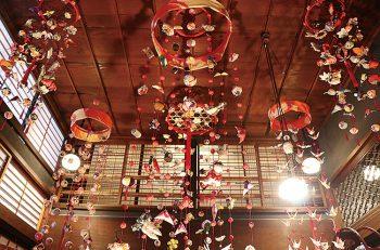 町屋が軒を連ねる小須戸の商店街で「つるし雛」を展示