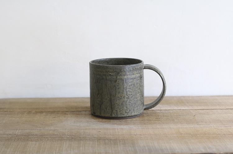 深みのある黒色は、柿灰釉という青人窯オリジナルの釉薬をかけ焼き上げられる。これは新潟市秋葉区にあるタカツカ農園で剪定された柿の木の枝をストーブで燃やし、灰にしたものを用いている。3,348円