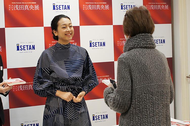 サイン会では涙ぐむファンも。真央さんは終始笑顔でファンを迎えていました~素敵~!