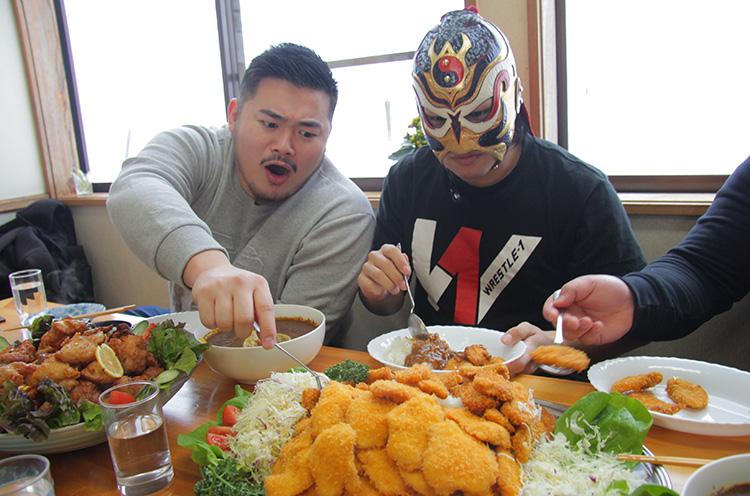 いきなり現れた強敵にいぶかしがりつつ食べ始める三人。