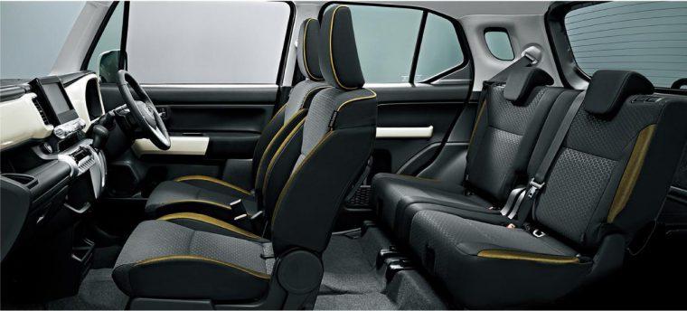 ↑シートはエクステリアとカラーコーディネート。前席のシートバックとヘッドレストはカラフルなシートパイピングでふちどりを施している(『HYBRID MZ』)。