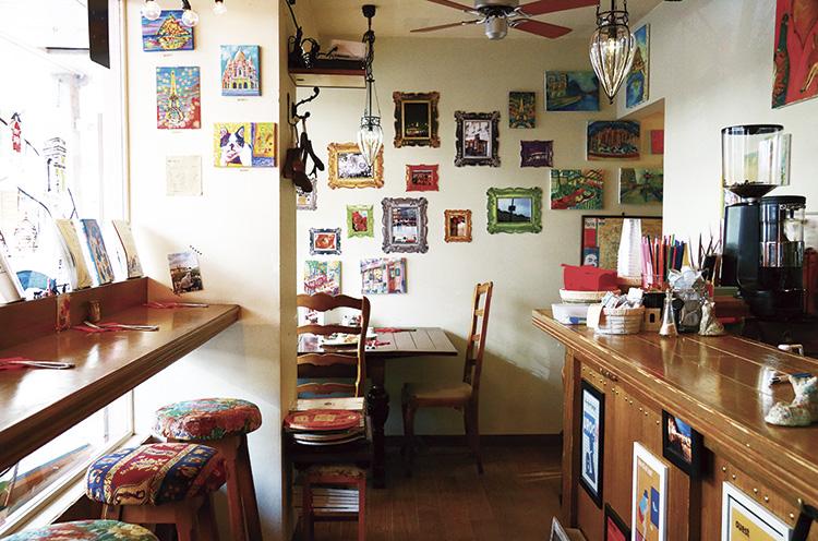 壁にはたくさんの写真やアートが飾られていて、センスのいい空間