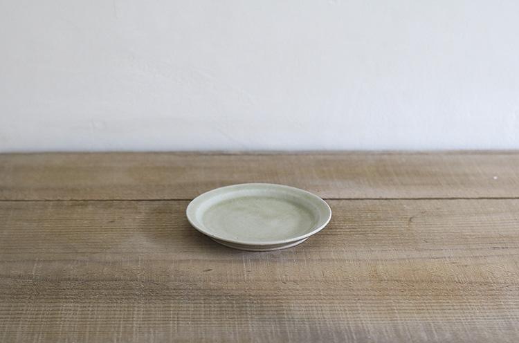 魚沼緑灰釉薬と命名した釉薬は、南魚沼の火山灰系の土から 作ったオリジナル。美しく淡い緑色が印象的。リム付きなので、料理をよそいやすい。サイズは小さいけれど幅広く活躍しそう。864円