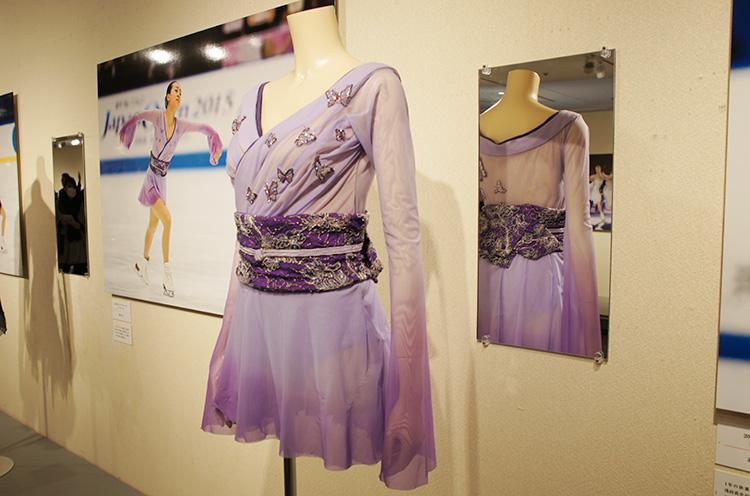 この「蝶々夫人」の衣装の後ろのデザインは本物の帯に見えるようにかなりこだわって作られたそうです。そんなところにもぜひ注目して見てくださいね。