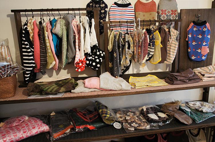 渡辺さんが作るワンちゃんのお洋服はオーダーメイドの場合は現在約1ヵ月待ちだそうで。ご購入を考えていらっしゃる方は早めにご相談してくださいね~