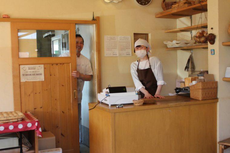豊さんは厨房から顔をのぞかせて。かおるさんはカウンターで。いつもこんな感じで私を迎えてくれます(笑)