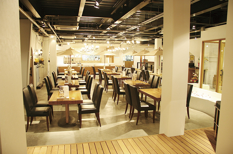 おいしい料理とお酒、開放的な空間が魅力のカフェダイニン グ。着席で80名、立食で150名のパーティができます