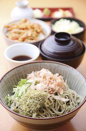 『綾子舞ランチ 』(800円)たっぷりの布海苔そばとミ ニかき揚げ丼がセットになった一番人気メニュー。提供は月〜土曜限定