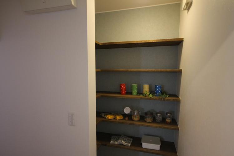 本誌で紹介できなかった場所。キッチン奥の引き戸を開けた位置から撮影したカット。この左側が玄関なので、買い物してきた品を直接運べるから便利