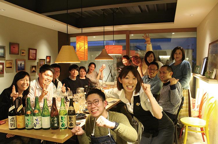 日本酒講座に参加した皆さんと、ハイ チーズ!