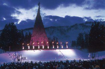 実に50メートル(!)にも届く塞ノ神。火柱と雪中花火が幻想的