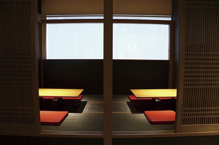 最大10名収容できる掘りごたつ席。ほかカウンター席、最大21名収容のテーブル席あり。45名利用で貸切OK