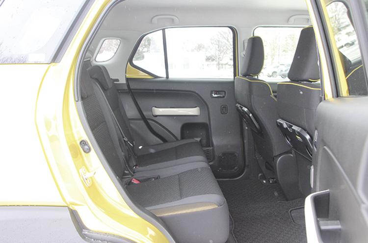後席の足元はご覧の通り、ゆとりたっぷり。また、室内高が1280mmもあるので、高さがある物の積載も得意としている