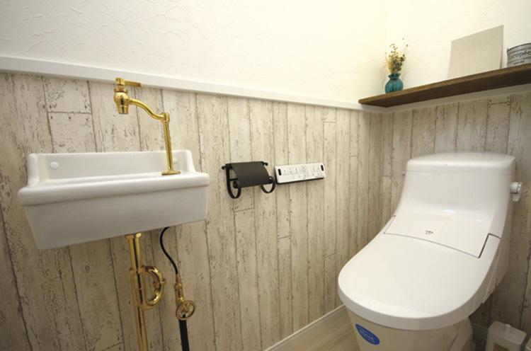 水栓器具が素敵なトイレ。生活感が出てしまいがちな部分も、器具のチョイスでかわいくできる好例