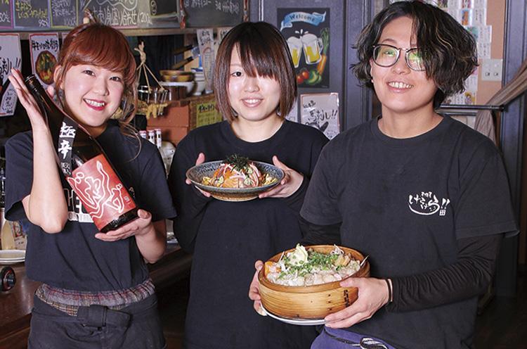 宴会予約時に 「月刊にいがた見た」 と言ってね!!(左からスタッフの若月さん、丸田さん、本間さん