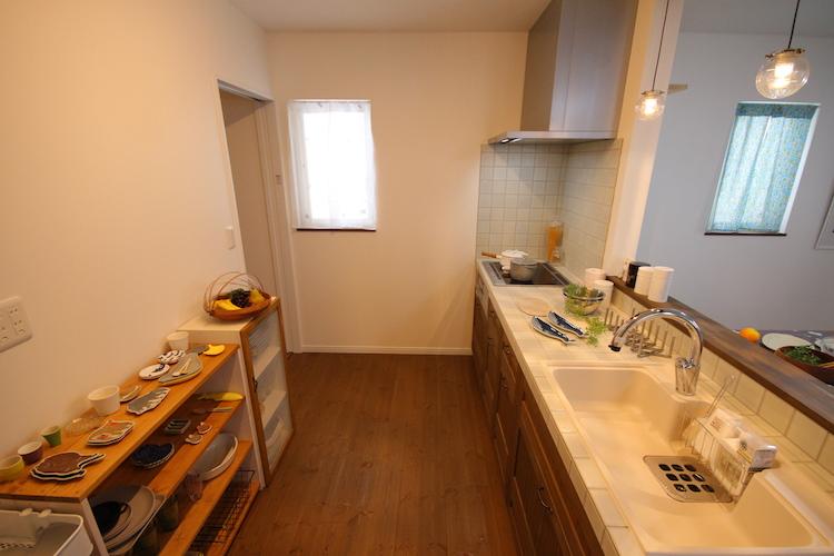 広びろキッチン奥の引き戸の先は、玄関直結のパントリースペース