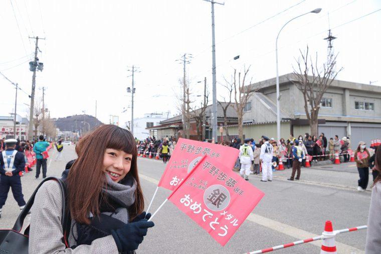 当日は、ぴゅーぴゅー冷たい風が吹く寒い日。 でも、村上駅前の沿道には1万5000人も集まったんだって。すごいね