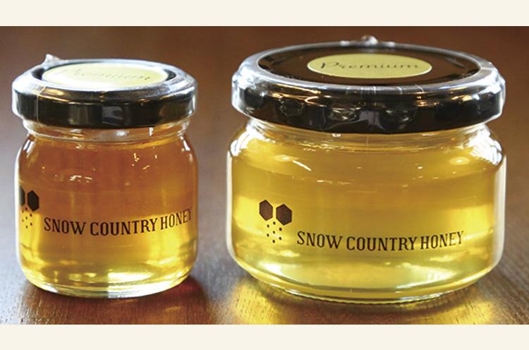 透明感のある琥珀色のハチミツには里山の恵みが凝縮! お土産として販売も行なっています