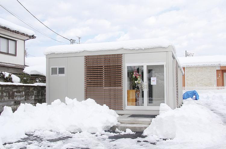 取材時は雪で埋もれていましたが…駐車場も広々完備!