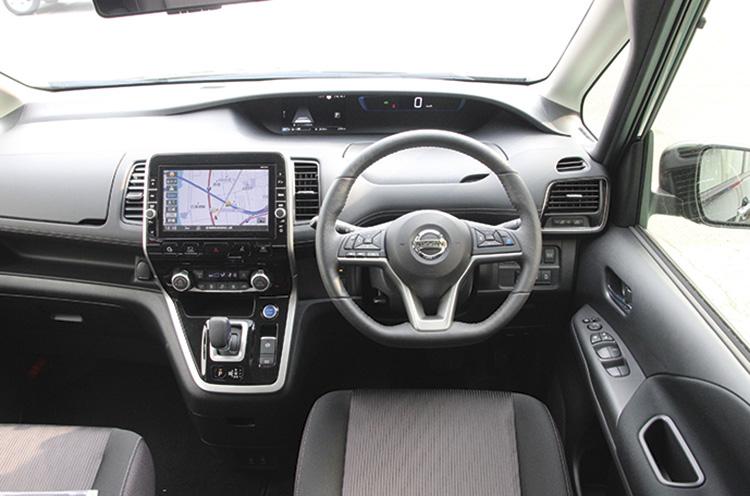 先進性と上質感ただよう室内空間。前席は左右に大きく広がる開放的なデザインが印象的。目線が高いので爽快なドライブが楽しめる