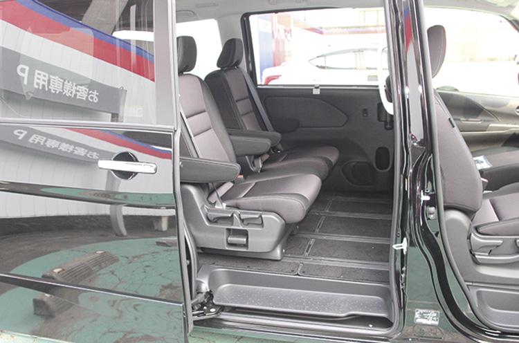 ロングスライドできるシート。『セレナ e-POWER』のセカンドシートは両側アームレストがついたキャプテンシートを採用している