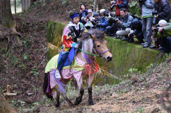胎内市下赤谷地区で復活した祭礼「シャングシャング馬」