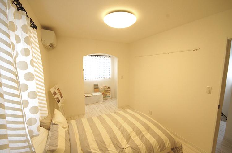 寝室を区切って片方は物干しスペースを確保。もう片方(このカメラ位置だと背中側の位置)には広めのウォーキングクローゼットがある