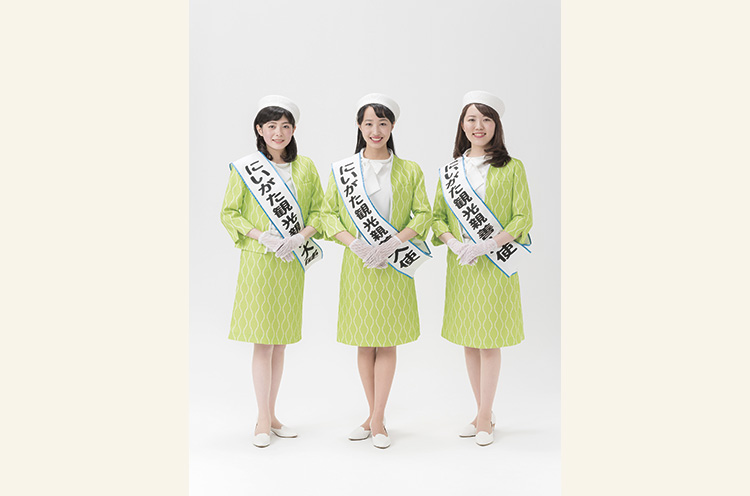 第8代大使の佐藤望美さん(左)、田中杏奈さん(中)、小林葉月さん(右)