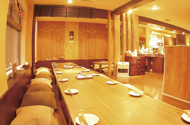 万代エリアにありながら、掘りごたつ式の1テーブルで約20 人まで収容可。2~6人向けの席も多数