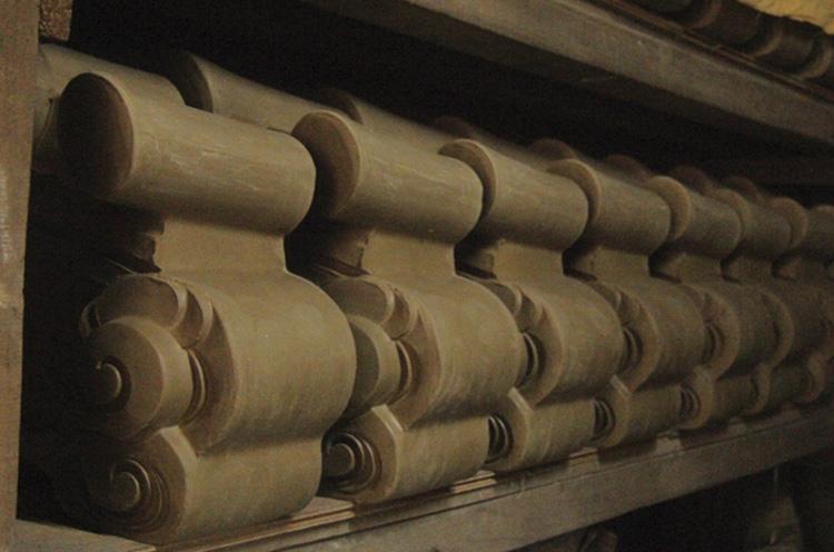 粘土で形作った ら、1カ月以上乾燥させる。その後、焼き上げの工程に移る