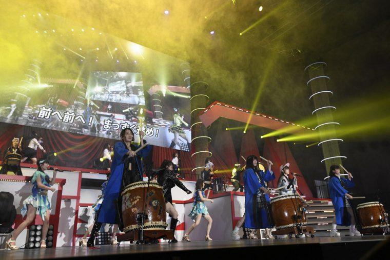 太鼓経験者の小熊倫実、村雲颯香、西村奈那子が地元団体とともに演奏 ©AKS