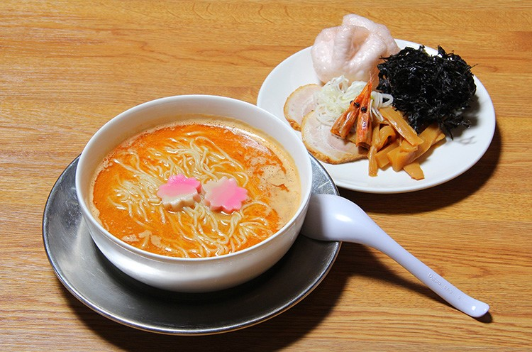 トッピングは別皿で提供される。まずは、甘エビの凝縮されたスープを味わって!