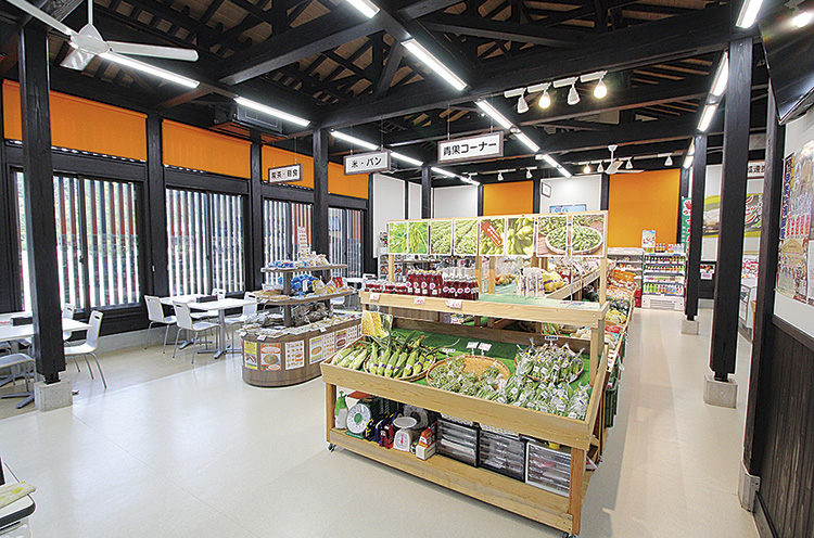 『農産物直売所やひこ』では、弥彦村などで採れた農産物や、ブ ランド米『伊彌彦米』を販売。営 業時間は10~18時。無休