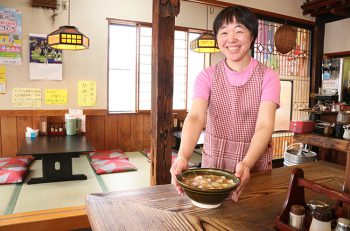 腹ペコ男女でいつも賑わう、弁天橋通りの食事処は、ラーメンもすごい!