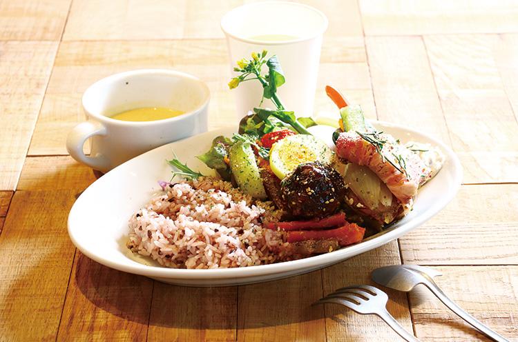 新潟の旬の味が楽しめる、定番『SUZUVEL RICE BOWL』(デリ4 種1,296 円)。さまざまな県産食材が一度に味わえる
