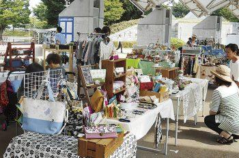 ハンドメイド雑貨の販売や手作り体験会などのお店がズラリと並びます