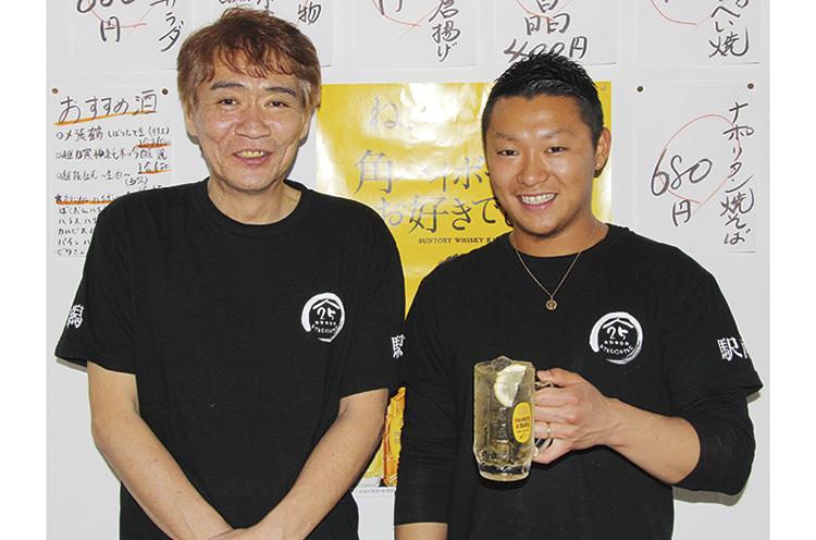親子でお店を切り盛り。ちなみに店長の石川湧太さん(右)は、サッカー、アルビレックスの選手として活躍していました!!