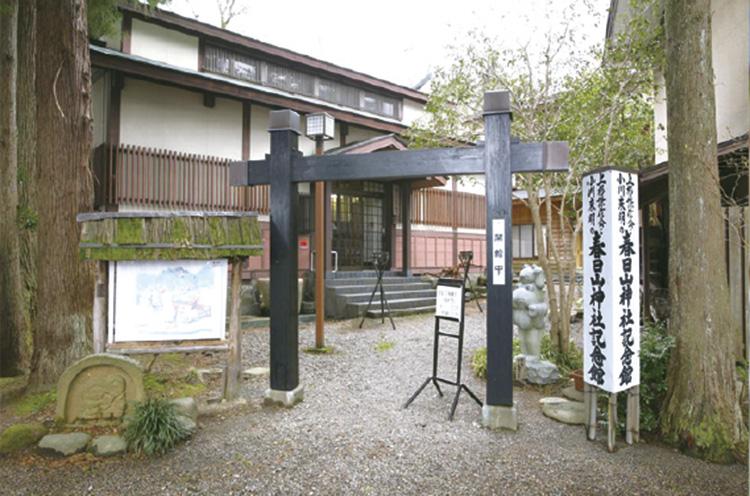 境内に隣接する「春日山神社記念館」には、謙信公の遺品・資 料などを展示。こちらは入館料大人200円、小中学生100円