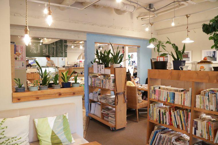 店内はひとりでも入りやすい、落ち着いた雰囲気