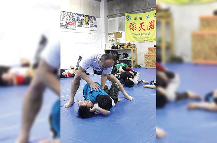 礼に始まり礼で終わる。基礎体力の向上から格闘技の練習まで、子供たちは実にハツラツ!