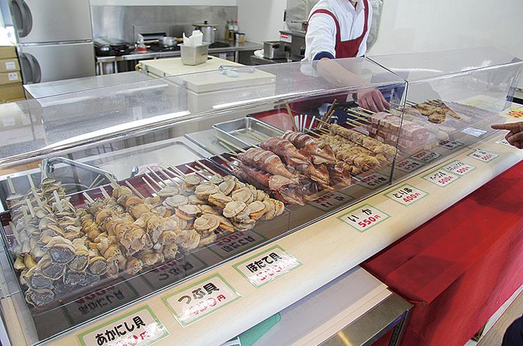 フードコート内には串焼き屋『なごみや』があり 焼きたてを提供している。営業時 間は10~16時。無休